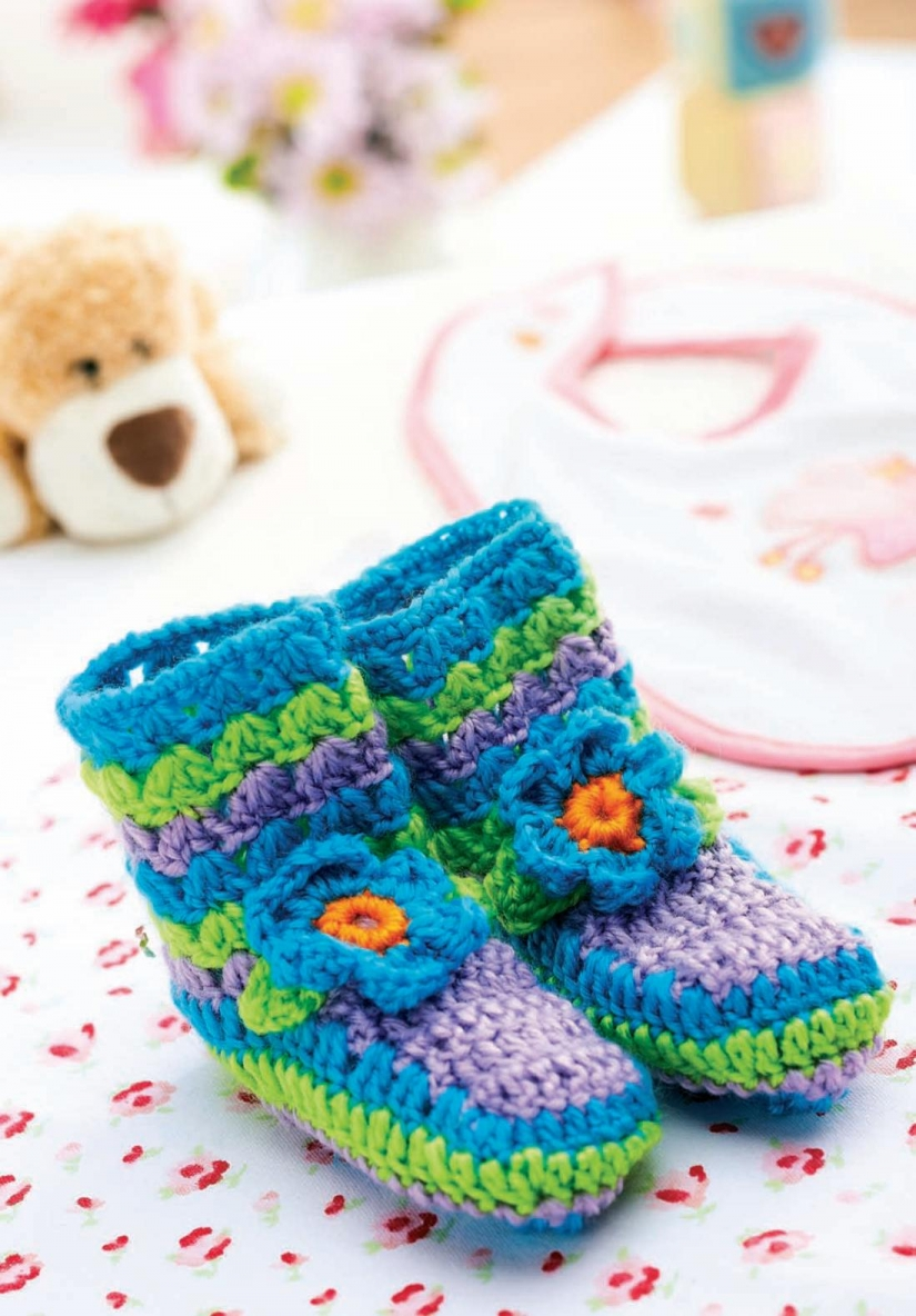 Fancy flower crochet baby booties